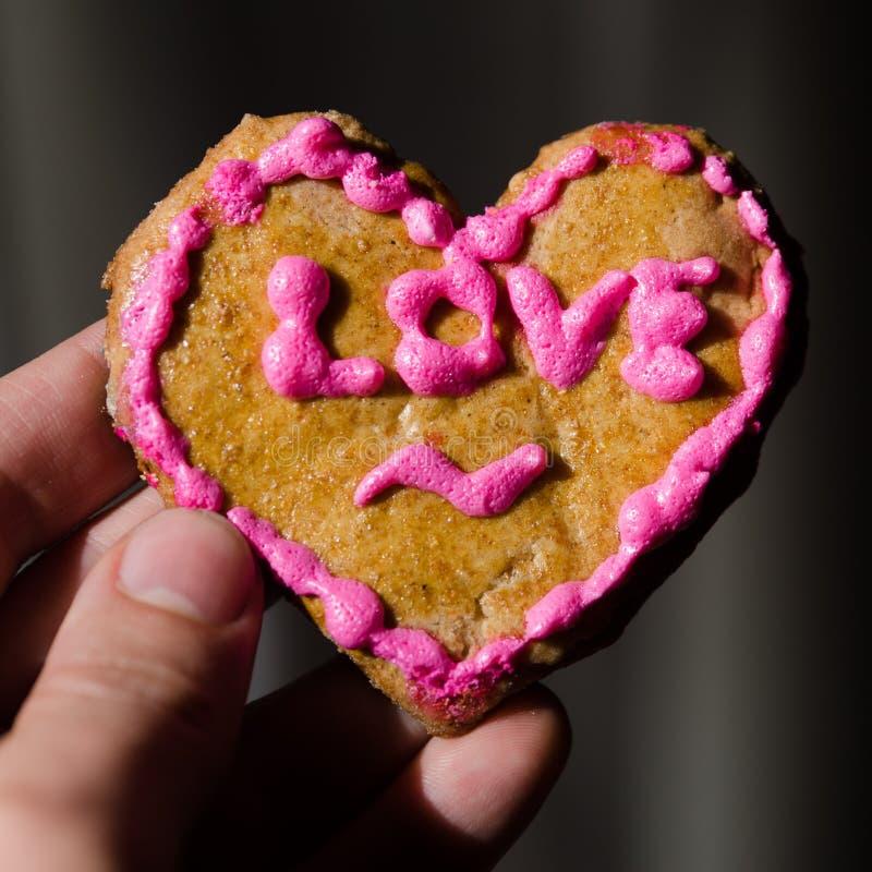 Biscuit fabriqué à la main de Saint-Valentin dans la main image libre de droits