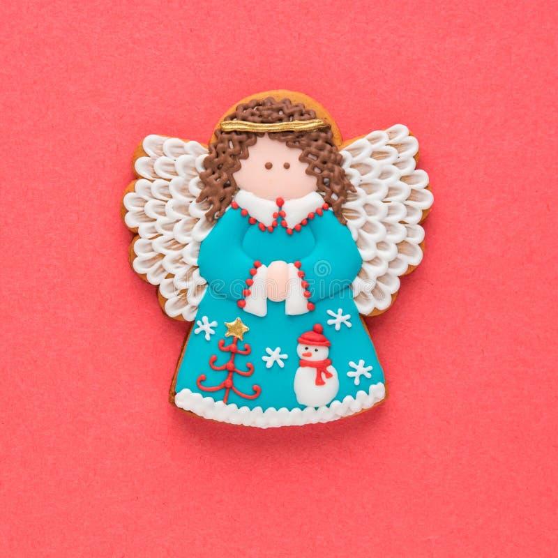 Biscuit fait maison d'ange de pain d'épice de Noël sur le fond rouge photos stock