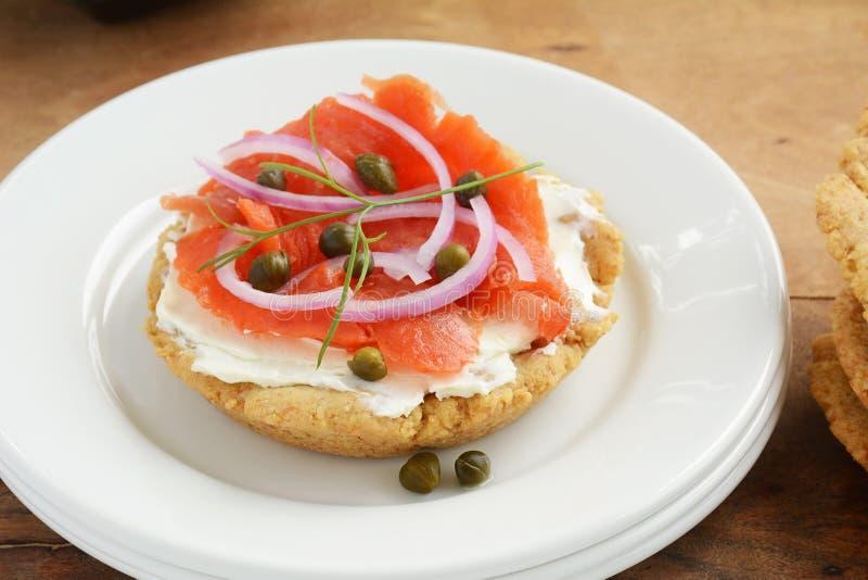 Biscuit gratuit de gluten avec le fromage de saumon fumé et fondu photographie stock