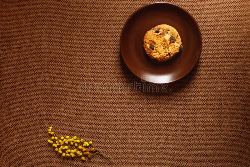 Biscuit, plat, fond brun et fleur images libres de droits