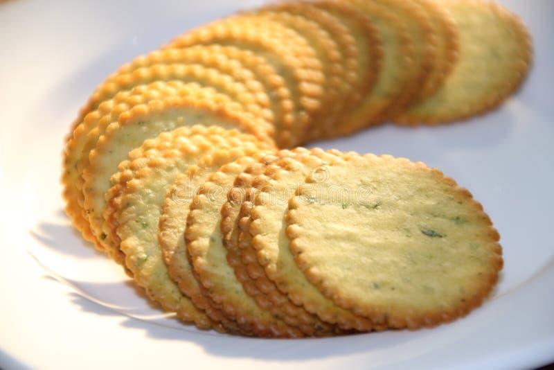 Biscuit sur le plat blanc images stock