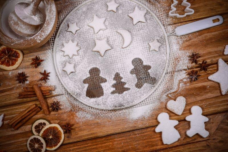 Biscuits à la maison faits fraîchement décorés de Noël image stock