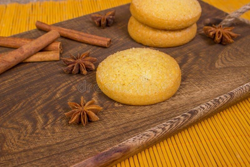 Biscuits, épices et planche à découper faits maison de pain d'épice sur le fond en bois vacances photos libres de droits