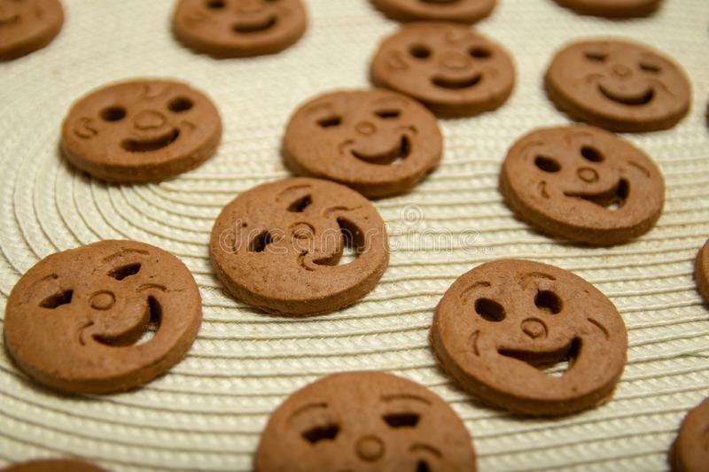 Biscuits arrondis sous forme de smiley images stock