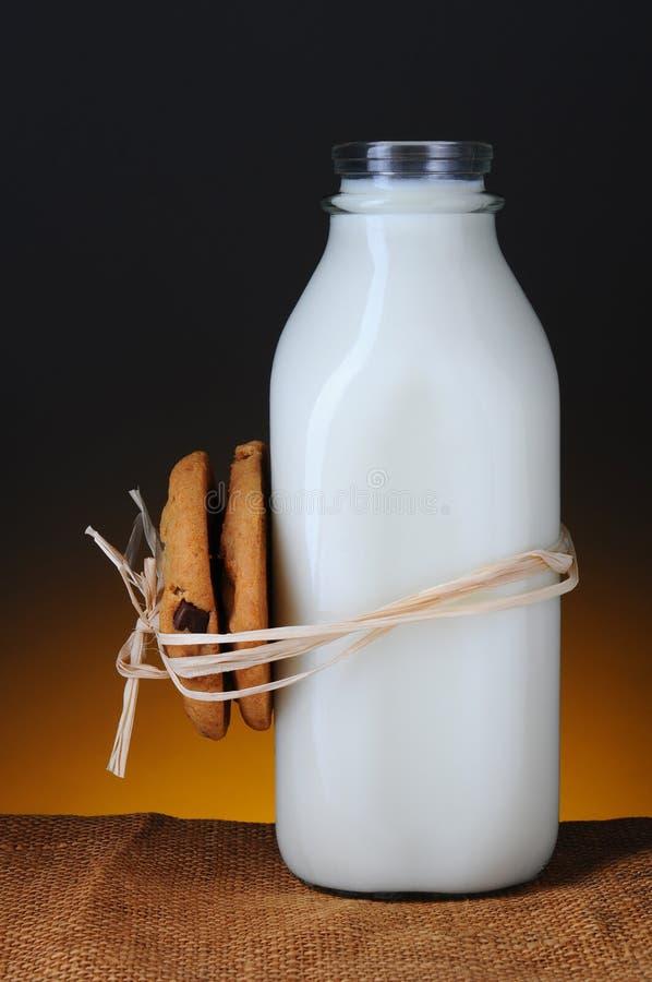 Biscuits attachés dans la bouteille à lait photo libre de droits