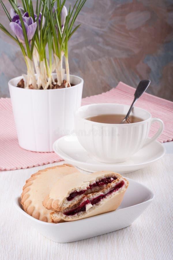 Biscuits avec de la confiture de cerise images libres de droits