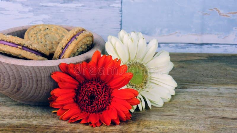 Biscuits avec des fleurs photographie stock
