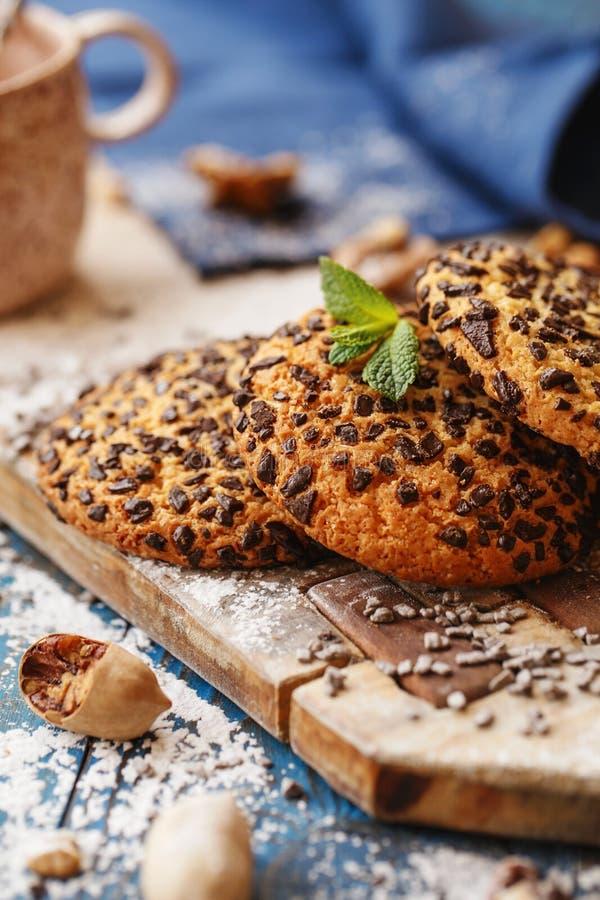 Biscuits avec des puces de chocolat sur le conseil en bois photos stock