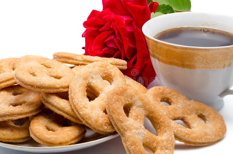 Biscuits avec du café et une rose photographie stock