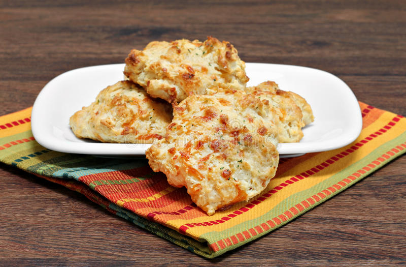 Biscuits avec du fromage, l'ail et le persil de cheddar Foc sélectif images libres de droits