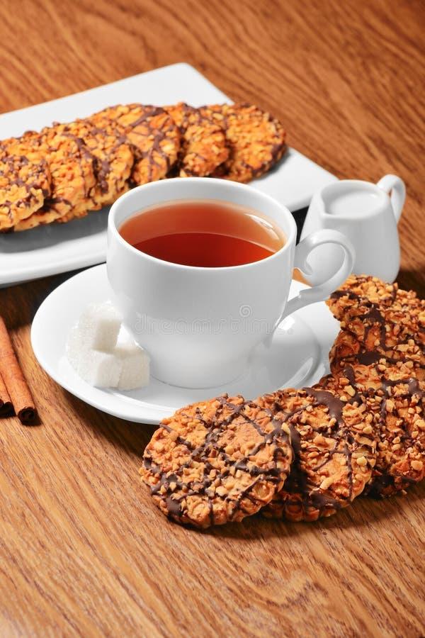 Biscuits avec du thé image stock