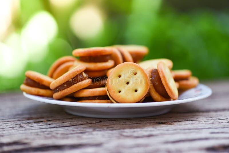 Biscuits avec l'ananas de confiture sur la table en bois - biscuits de biscuits de plat pour le biscuit de casse-croûte fait mais images libres de droits