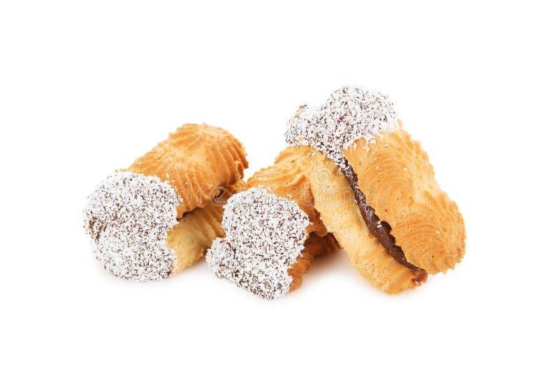 Biscuits avec la confiture décorée des puces de noix de coco d'isolement sur le blanc images stock