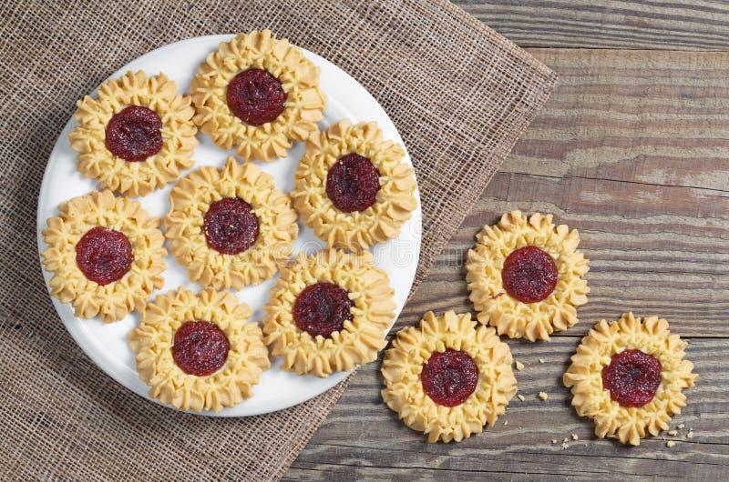 Biscuits avec la confiture d'oranges de cerise photographie stock