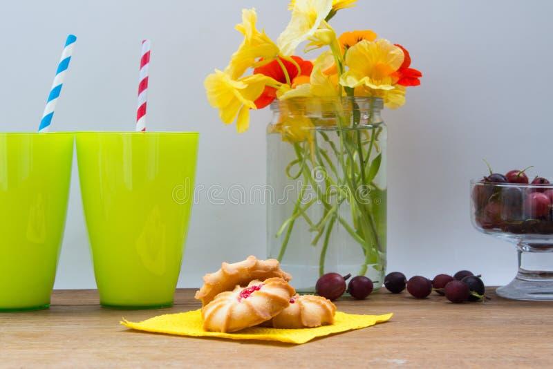 Biscuits avec la confiture des baies rouges Groseilles à maquereau noires fraîches dedans photographie stock libre de droits