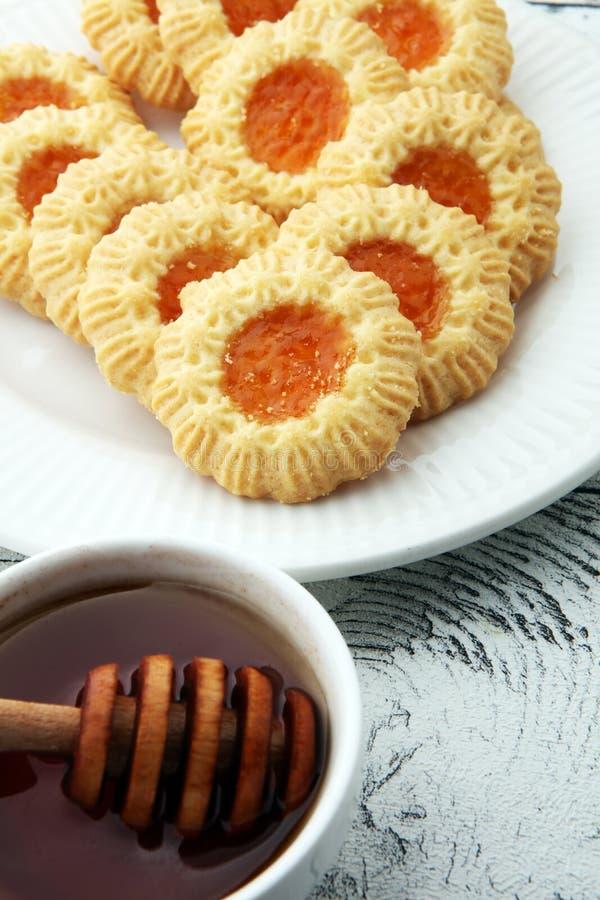 Biscuits avec la confiture, biscuits du plat blanc images libres de droits