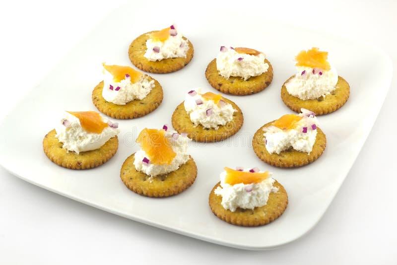 Biscuits avec le fromage fondu et les saumons fumés images libres de droits