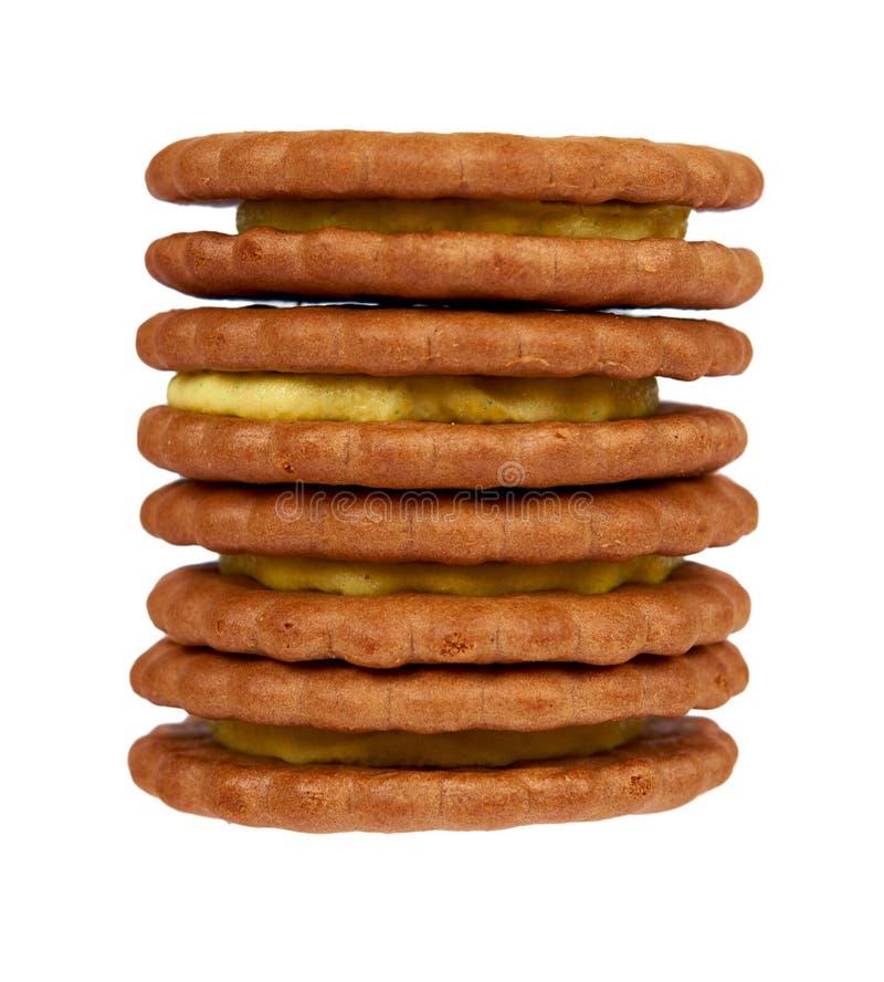 Biscuits avec le remplissage de crème d'isolement sur le fond blanc image stock
