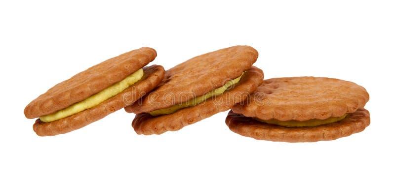 Biscuits avec le remplissage de crème d'isolement sur le fond blanc photographie stock libre de droits