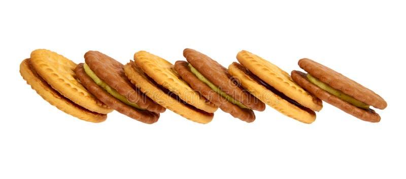 Biscuits avec le remplissage de crème d'isolement sur le fond blanc images stock