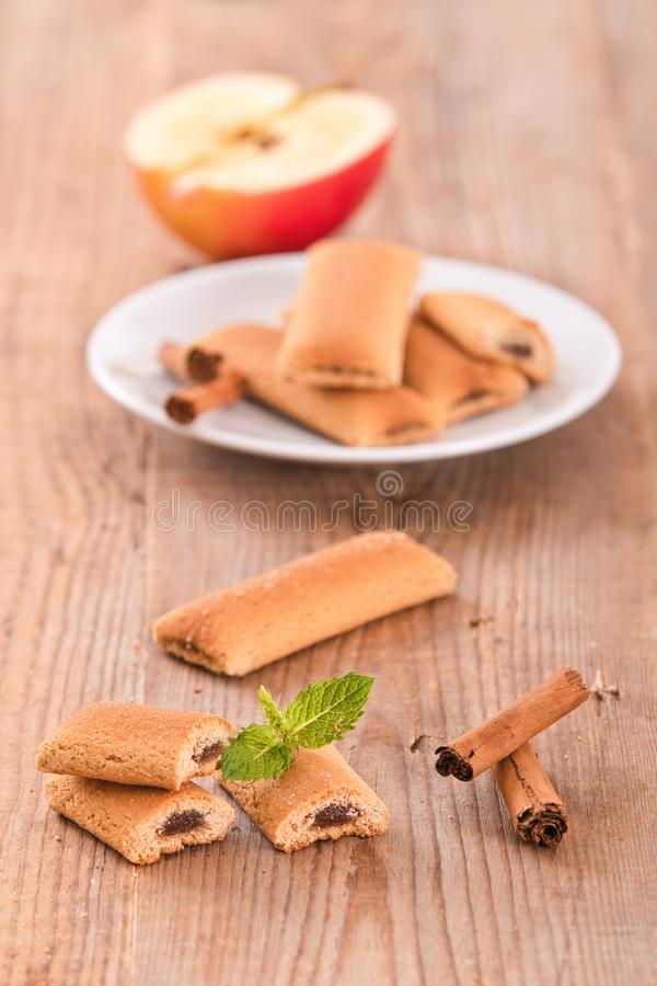 Biscuits avec le remplissage de fruit photo stock