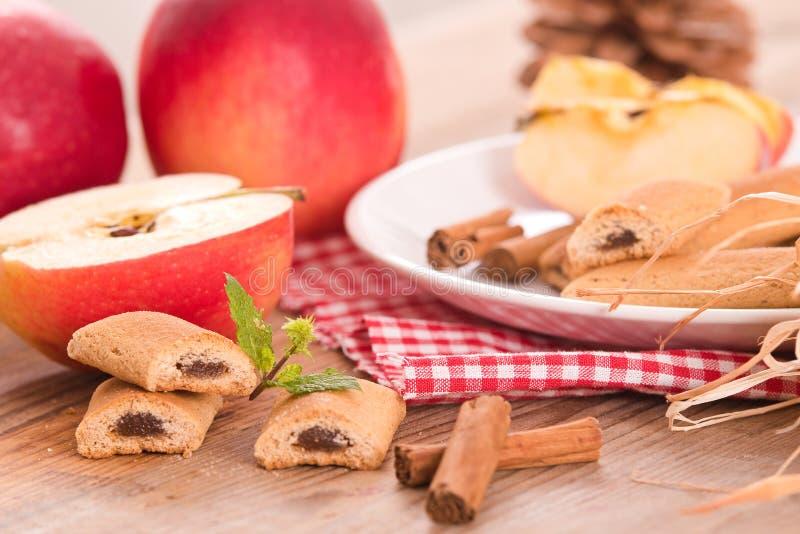 Biscuits avec le remplissage de fruit photo libre de droits