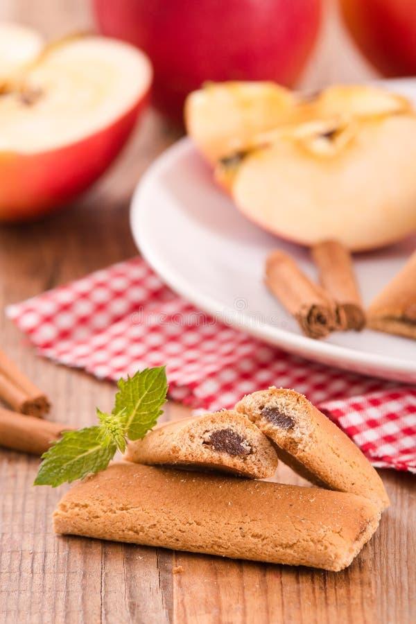 Biscuits avec le remplissage de fruit photographie stock
