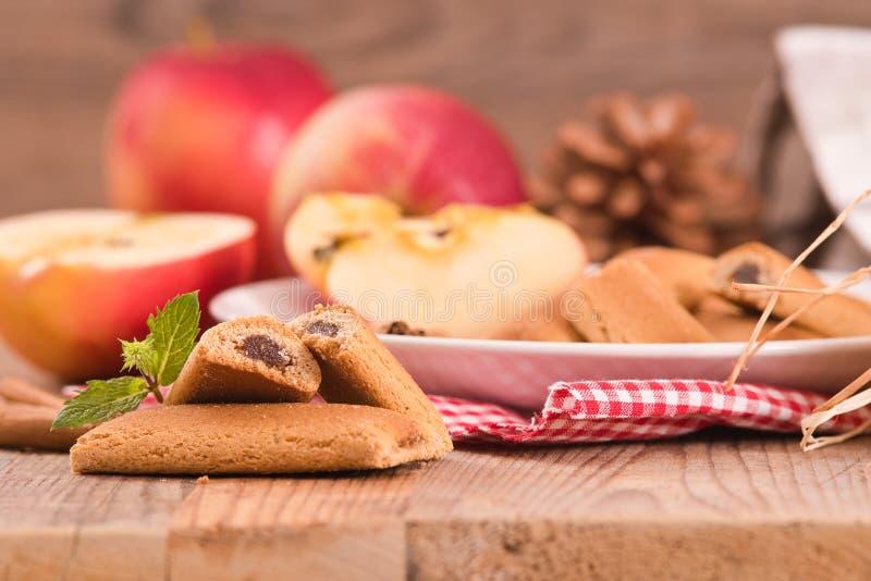 Biscuits avec le remplissage de fruit image stock