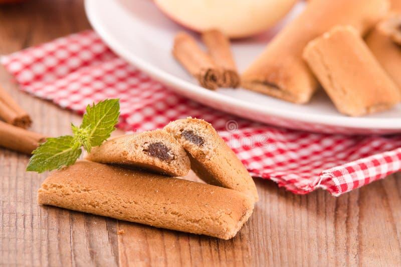 Biscuits avec le remplissage de fruit photographie stock libre de droits