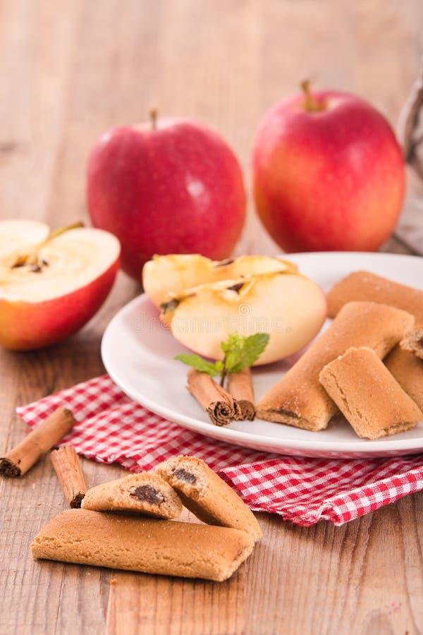 Biscuits avec le remplissage de fruit images stock