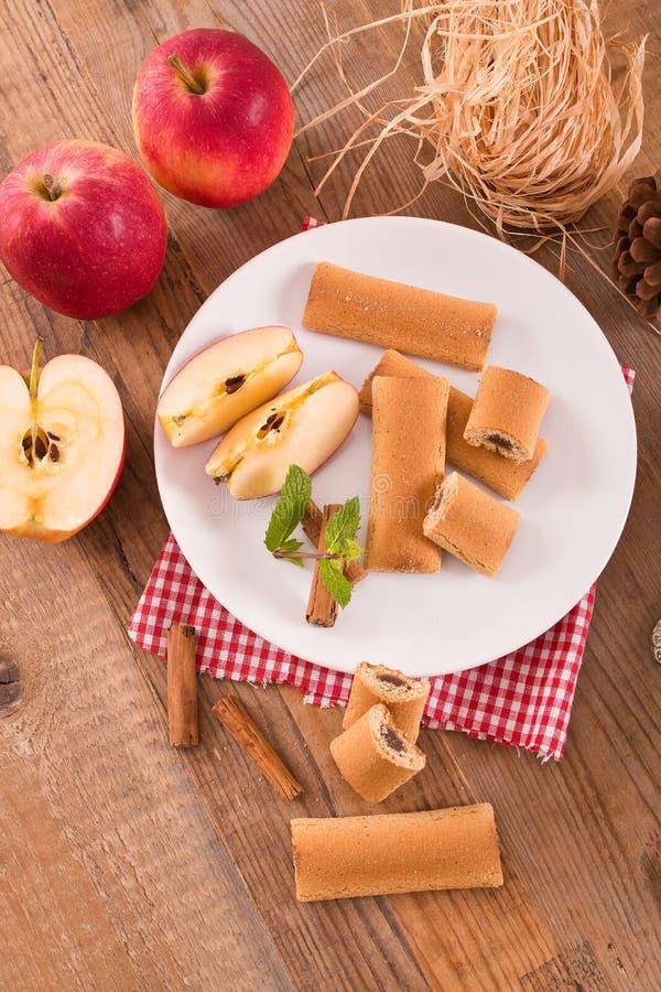 Biscuits avec le remplissage de fruit images libres de droits