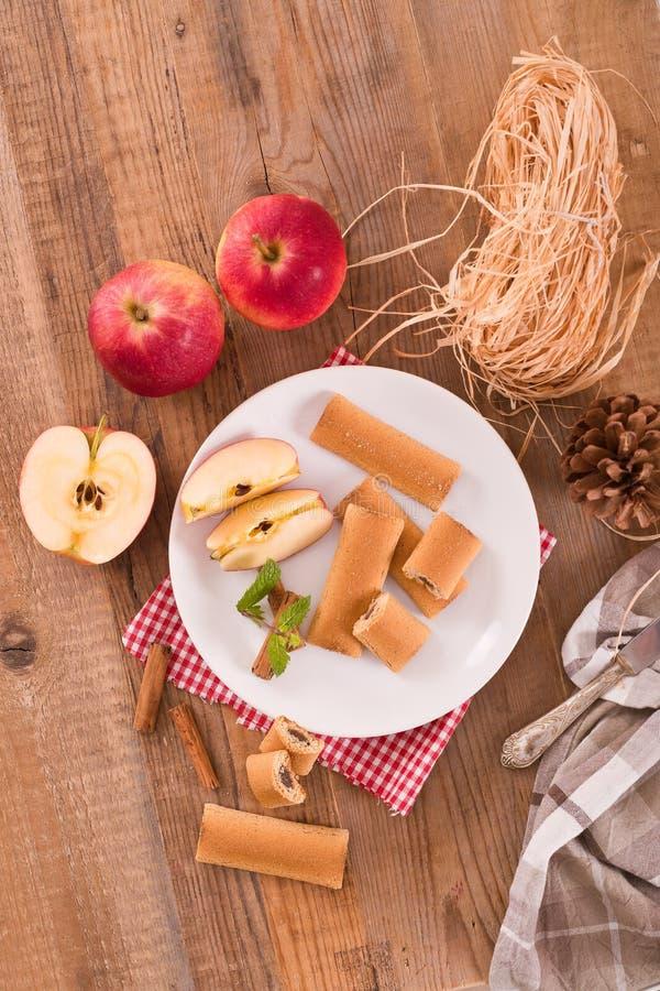 Biscuits avec le remplissage de fruit image libre de droits