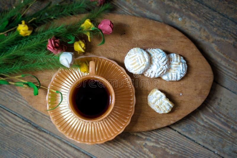 Biscuits avec le thé photos stock