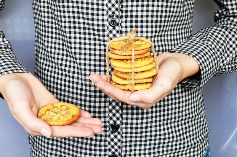 Biscuits avec tenu dans la main nuts photo stock