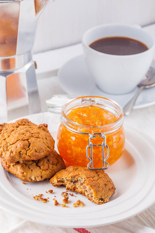 biscuits, café, confiture d'oranges photographie stock libre de droits