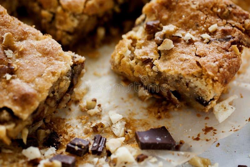Biscuits carrés fraîchement cuits au four faits maison de Blondie blonds sur le fond en bois blanc Fin vers le haut photo libre de droits