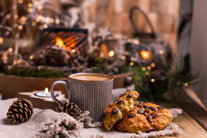 Biscuits chauds parfumés de café et de chocolat pour Santa Claus Une boisson pour les vacances et une atmosphère confortable de N photo stock