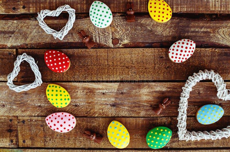 Biscuits colorés de Pâques sur le fond en bois gris photo stock