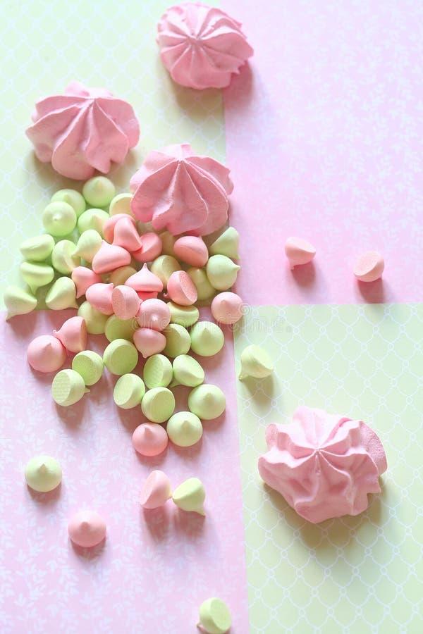 Biscuits colorés en pastel de meringue photographie stock libre de droits