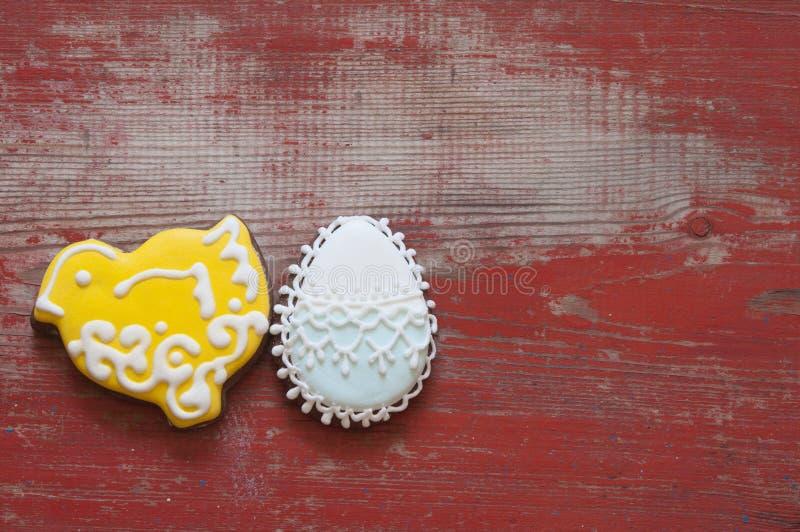 Biscuits color?s de P?ques sur le fond en bois photo stock