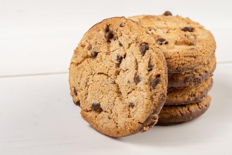 Biscuits croquants de biscuit avec du chocolat d'isolement au-dessus du fond blanc image stock