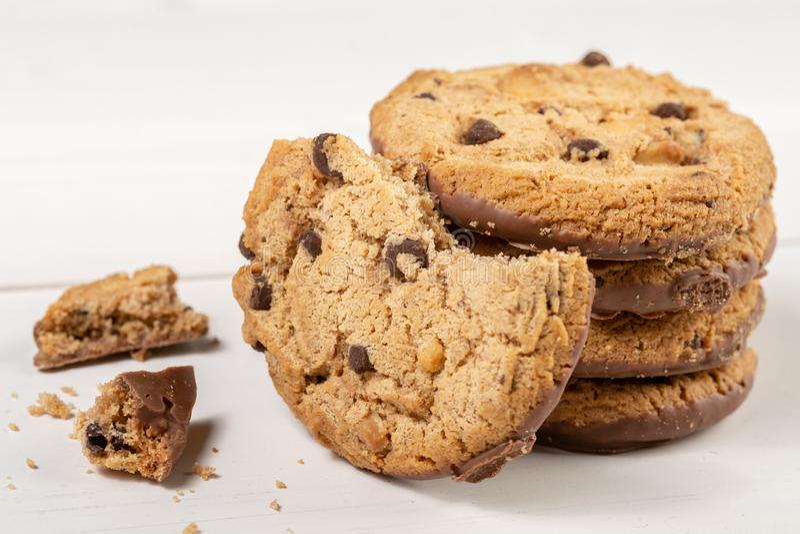 Biscuits croquants de biscuit avec du chocolat d'isolement au-dessus du fond blanc photos libres de droits