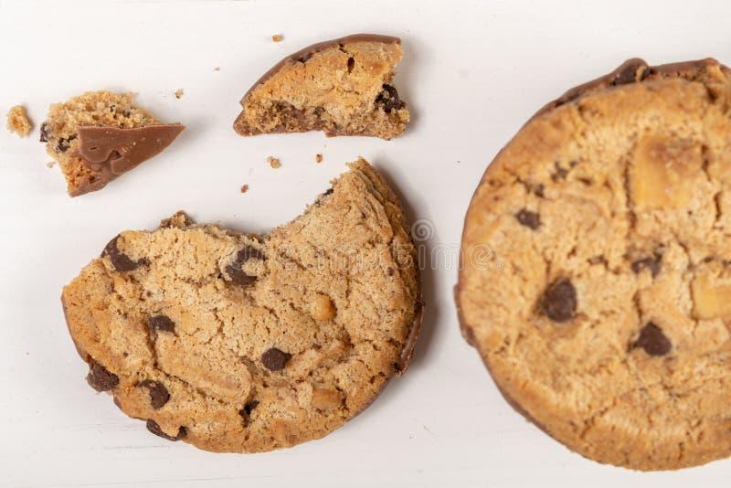 Biscuits croquants de biscuit avec du chocolat d'isolement au-dessus du fond blanc images libres de droits