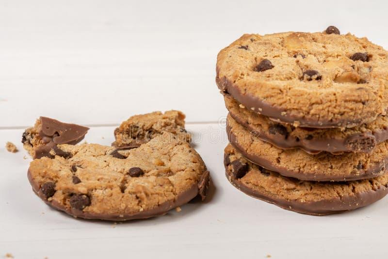 Biscuits croquants de biscuit avec du chocolat d'isolement au-dessus du fond blanc images stock