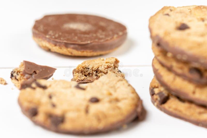 Biscuits croquants de biscuit avec du chocolat d'isolement au-dessus du fond blanc photos stock