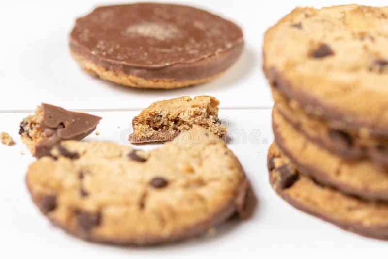 Biscuits croquants de biscuit avec du chocolat d'isolement au-dessus du fond blanc photo stock