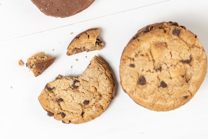 Biscuits croquants de biscuit avec du chocolat d'isolement au-dessus du fond blanc photo libre de droits