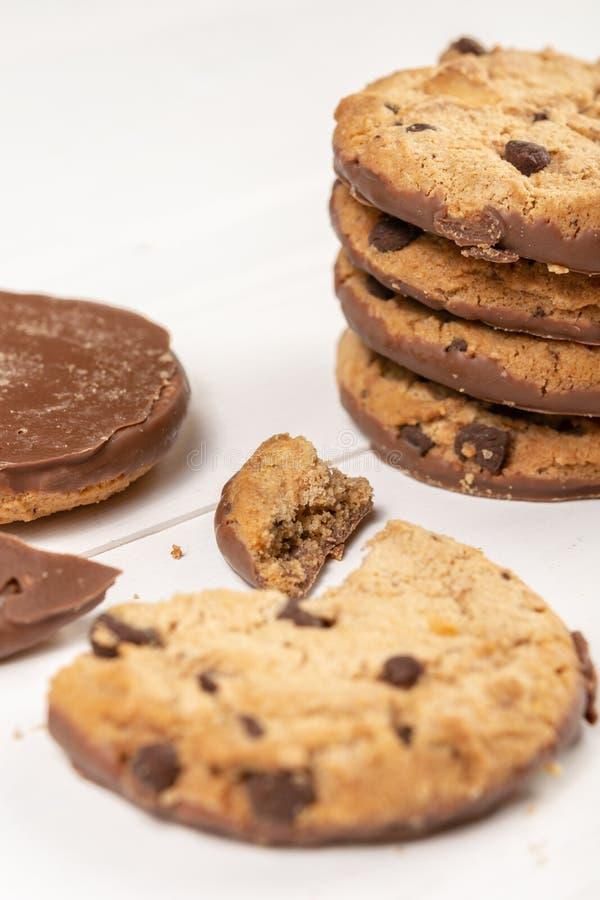 Biscuits croquants de biscuit avec du chocolat d'isolement au-dessus du fond blanc photographie stock