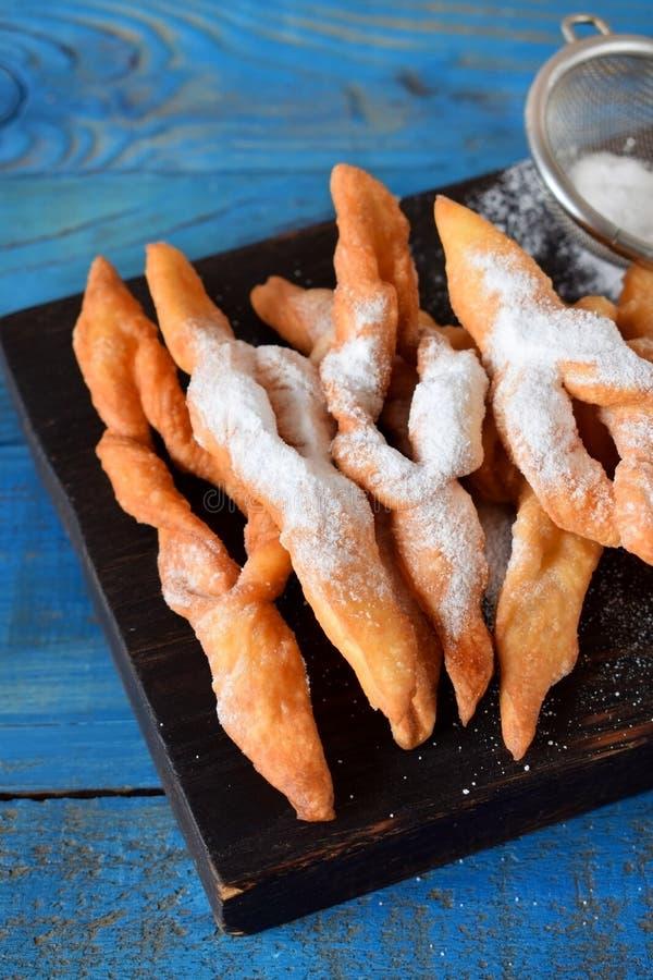 Biscuits croquants de broussaille époussetés avec la poudre de sucre photographie stock