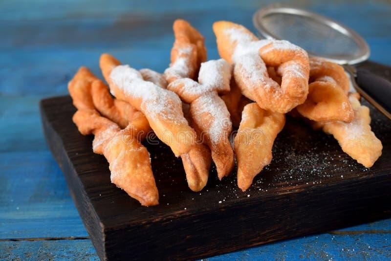 Biscuits croquants de broussaille ?pousset?s avec la poudre de sucre photo libre de droits